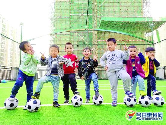 小朋友和足球在一起,萌哒哒的