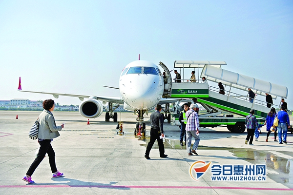 惠州机场目前已经开通8条航线。 《东江时报》资料图片   东江时报讯 昨日记者获悉,今年下半年,惠州机场将在长沙、武汉、郑州、天津等千万级机场再开通1~2条航线。未来还将谋划开通国际航线,或直飞韩国。机场路二期建设也将尽快动工,计划明年7月建成。   惠州机场未来或直飞韩国   惠州机场目前已开通惠州至北京、上海、杭州、成都、重庆、昆明、海口、西安8条对开航线,通达9个城市(惠州至上海航线延伸至哈尔滨)。其中,海口和西安两条航线为今年新增。惠州机场公司负责人表示,下半年将在长沙、武汉、郑州、天津等千万级