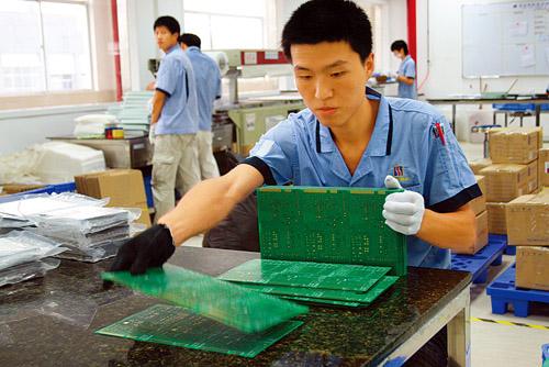 胜宏科技(惠州)有限公司的员工在包装多层电路板